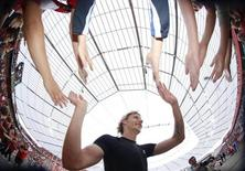 Stefan Kiessling of Bayer Leverkusen celebrates with supporters after the German Bundesliga soccer match against Vfl Bochum in Leverkusen August 29, 2009. REUTERS/Johannes Eisele