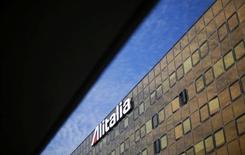 """Air France-KLM a entièrement déprécié sa participation de 25% dans Alitalia à la suite du projet d'augmentation de capital de la compagnie italienne, une levée de fonds à laquelle il a réaffirmé ne vouloir participer qu'à des conditions """"très strictes"""". Le PDG du groupe franco-néerlandais Alexandre de Juniac s'est dit """"offensé"""" et """"découragé"""" de ne pas avoir été davantage associé aux discussions concernant l'avenir d'Alitalia, dont il est le premier actionnaire. /Photo prise le 14 octobre 2031/REUTERS/Max Rossi"""