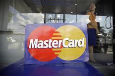 El logo de MasterCard durante el lanzamiento de la primera transacción internacional de un cajero automático en Yangon, nov 15 2012. MasterCard Inc, la segunda más grande compañía de tarjetas de crédito y débito del mundo, reportó un crecimiento del 14 por ciento en sus ganancias netas gracias a que más personas a nivel global usaron sus productos en lugar de efectivo. REUTERS/Soe Zeya Tun