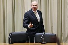 O ministro da Fazenda, Guido Mantega, fala durante coletiva de imprensa em Brasília. Mantega veio a público nesta quinta-feira para tentar atenuar as preocupações com as contas públicas do país ao afirmar que o governo já estuda reduzir despesas com o pagamento de seguro-desemprego e o abono salarial que, neste ano, devem somar pouco menos de 50 bilhões de reais. 31/10/2013 REUTERS/Ueslei Marcelino