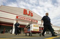Shoppers leave a BJ's store in Alexandria Virginia August 20, 2008. REUTERS/Kevin Lamarque