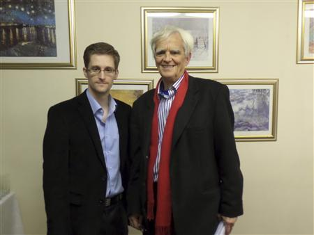 German Greens lawmaker Hans-Christian Stroebele poses for a picture with fugitive former U.S. spy agency contractor Edward Snowden (L) in an undisclosed location in Moscow, October 31, 2013. REUTERS/Handout