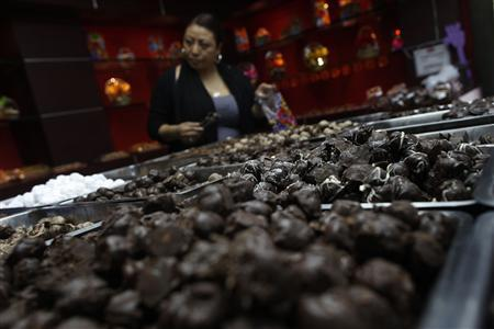 A woman buys chocolate from a store in Polanco neighborhood in Mexico City October 29, 2013. REUTERS/Edgard Garrido