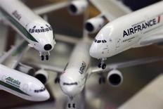 Selon le ministre italien des Transports, Maurizio Lupi,Alitalia cherchera un autre partenaire dans le cas où Air France-KLM, son premier actionnaire, ne souscrirait pas à son augmentation de capital. /Photo prise le 31 octobre 2013/REUTERS/Alessandro Bianchi