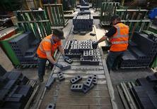 L'activité du secteur manufacturier britannique a vu sa croissance ralentir très légèrement mais un peu plus qu'attendu en octobre. L'indice des directeurs d'achat est ainsi revenu à 56,0. /Photo prise le 8 août 2013/REUTERS/Darren Staples