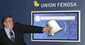 Лопес Хименес, глава испанской энергокомпании Union Fenosa, притрагивается к виртуальному колокольчику на Мадридской фондовой бирже 23 ноября 2006 года. Испанская газовая компания Fenosa заключила долгосрочный контракт на покупку 2,5 миллионов тонн сжиженного природного газа (СПГ) в год с подконтрольного российскому Новатэку будущего СПГ-завода на Ямале. REUTERS/Susana Vera