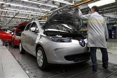 Renault, qui cédait 4,65% vers 12h30, accuse la plus forte baisse de l'indice SBF 120 après que son partenaire Nissan Motor 7201.T a annoncé avoir diminué de près de 20% sa prévision de bénéfice net annuel. /Photo d'archives/REUTERS/Benoit Tessier