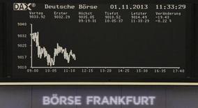 A l'exception de Londres, les principales Bourses européennes évoluent en baisse vendredi à mi-séance, plombées par certaines nouvelles de sociétés décevantes. A 12h41, le CAC 40 perdait 0,33% et le Dax reculait de 0,20%. /Photo prise le 1er novembre 2013/REUTERS/Remote