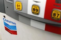 Le bénéfice trimestriel de Chevron, deuxième compagnie pétrolière américaine, a baissé en raison de la baisse de ses marges de raffinage alors que sa production de pétrole et de gaz a augmenté tout en restant en retrait par rapport aux objectifs du groupe. /Photo d'archives/REUTERS/Mike Blake