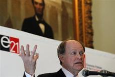 Глава ФРБ Филадельфии Чарльз Плоссер выступает на конференции Economics21 в Нью-Йорке 25 марта 2011 года. Высокопоставленный чиновник ФРС США предложил установить максимальный объем программы скупки облигаций, которая сейчас привязана к состоянию рынка занятости. REUTERS/Brendan McDermid