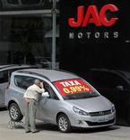 Homem examina carro da marca chinesa JAC em uma concessionária de São Paulo. A venda de veículos novos no Brasil em outubro recuou sobre um ano antes e manteve a desaceleração iniciada neste semestre, indicando que o setor terá dificuldade para atingir as metas para 2013. 30/10/2013. REUTERS/Paulo Whitaker