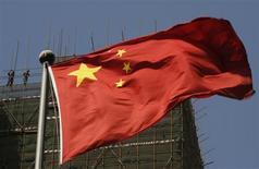 Bandeira da China é vista em frente a prédio em construção, em Pequim. Depois de fazer uma grande aposta na maior economia da América Latina em busca de matérias-primas como minério de ferro, bem como em um mercado consumidor promissor, executivos chineses têm ficado cada vez mais frustrados com um estagnado crescimento econômico, custos elevados e o que eles veem como uma reação adversa à sua presença. 24/04/2013 REUTERS/Kim Kyung-Hoon