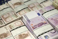 Maços de notas de euro são empilhados na sede da empresa GSA em Viena, na Áustria. Os bancos devolverão 10,651 bilhões de euros (14,48 bilhões de dólares) de empréstimos de crise antecipadamente ao Banco Central Europeu na próxima semana, disse nesta sexta-feira o BCE, tirando mais liquidez do sistema do que o esperado. 22/07/2013. REUTERS/Leonhard Foeger
