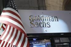 El puesto de Goldman Sachs en la bolsa de Nueva York, jul 16 2013. Brasil no enfrenta riesgos de que se revise a la baja su calificación crediticia en los próximos 18 meses, dijo el viernes Paulo Leme, presidente de Goldman Sachs Group Inc en el país, citando lo que ve como indicadores económicos sólidos pese a la inflación y la volatilidad del tipo de cambio. REUTERS/Brendan McDermid