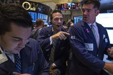 Unos operadores en la bolsa de Nueva York, oct 31 2013. Los principales índices bursátiles de Estados Unidos tenían comportamiento dispar el viernes mientras los operadores digerían datos del sector manufacturero sorpresivamente sólidos, y tanto el Dow Jones como el S&P 500 se mantenían no muy lejos de máximos históricos registrados esta semana. REUTERS/Brendan McDermid