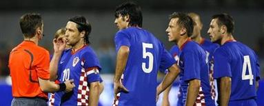 Croatia's captain Niko Kovac and teammates protest against referee Lubos Michel's decision to send Robert Kovac off during their World Cup 2010 qualifying soccer match at Maksimir stadium in Zagreb September 10, 2008. REUTERS/Nikola Solic