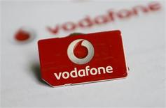 Una tarjeta sim de Vodafone en Dortumnd, Alemania, sep 12 2013. Las acciones de Vodafone Group cotizaban con un alza de un 2,2 por ciento después de que Bloomberg informó que AT&T estaba analizando estrategias para una posible adquisición del operador británico de telefonía móvil. REUTERS/Ina Fassbender