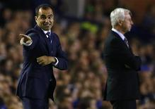 Everton's manager Roberto Martinez (L) instructs his team during their English Premier League soccer match against Newcastle United at Goodison Park in Liverpool, northern England, September 30, 2013. REUTERS/Darren Staples
