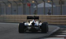 O piloto de Fórmula Um Sebastian Vettel, da Alemanha, faz curva durante treino no circuito de Yas Marina do Grande Prêmio de Abu Dhabi. 1/11/2013 REUTERS/Ahmed Jadallah
