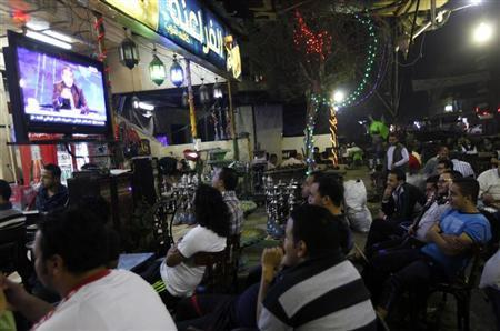 Egyptians watch the first episode of a show by Egypt's most prominent television satirist, Bassem Youssef, called ''Al-Bernameg'' (The Programme) in Cairo October 25, 2013. REUTERS/Mohamed Abd El Ghany