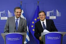 Le Premier ministre grec Antonis Samaras (à gauche) et le président de la Commission européenne, José Manuel Barroso. Les institutions créancières de la Grèce (Commission européenne, Fonds monétaire international et Banque centrale européenne) sont attendues mardi à Athènes pour décider de l'opportunité de verser une nouvelle tranche de prêts dans le cadre du plan de sauvetage financier du pays. /Photo prise le 17 septembre 2013/REUTERS/Yves Herman