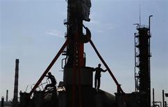 Funcionários trabalham em equipamento na refinaria de petróleo da Gazprom Neft em Moscou, Rússia. Os aumentos nas produções da Gazprom Neft e da Surgutneftegas elevaram a produção total de petróleo da Rússia, a maior do mundo, a um novo recorde no período pós-União Soviética, para 10,59 milhões de barris por dia em outubro, informou neste sábado o Ministério da Energia. 20/09/2012 REUTERS/Maxim Shemetov