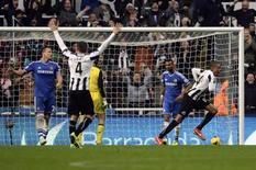 Loic Remy, do Newcastle, comemora após marcar gol contra o Chelsea em partida em Newcastle, Inglaterra. 2/11/2013 REUTERS/Nigel Roddis