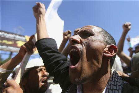 A man shouts slogan during a protest outside the home of Yemeni President Abd-Rabbu Mansour Hadi against the fighting between the Shiite Houthi movement and Salafi militants in the northern town of Damaj, in Sanaa, November 2, 2013. REUTERS-Mohamed al-Sayaghi