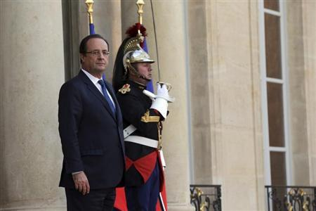 French President Francois Hollande waits for a guest on the steps at the Elysee Palace in Paris, October 30, 2013. REUTERS/Philippe Wojazer