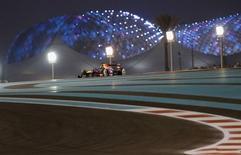 O piloto da Red Bull Sebastian, da Alemanha, disputa o Grande Prêmio de Abu Dhabi no circuito de Yas Marina na ilha de Yas. 3/11/2013 REUTERS/Ahmed Jadallah