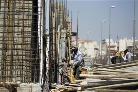 Palestinian labourers work on a construction site in the West Bank Jewish settlement of Beitar Ilit, near Bethlehem August 11, 2013. REUTERS/Amir Cohen