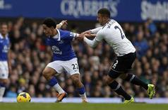 Everton's Steven Pienaar (L) challenges Tottenham Hotspur's Kyle Walker during their English Premier League soccer match at Goodison Park in Liverpool, northern England November 3, 2013. REUTERS/Phil Noble