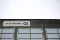 Alcatel-Lucent annonce le lancement d'une augmentation de capital en espèces d'un montant de 955 millions d'euros dans le cadre de son plan de transformation afin notamment de réduire sa dette. /Photo prise le 15 octobre 2013/REUTERS/Stéphane Mahé