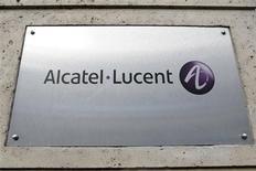 El logo del fabricante de equipos de telecomunicaciones Alcatel-Lucent en su casa matriz de París, dic 12 2008. El deficitario fabricante de equipos de telecomunicaciones Alcatel-Lucent planea realizar un aumento de capital de 955 millones de euros (1.290 millones de dólares) junto con una emisión de bonos por 750 millones de dólares, en su más reciente intento por salvar a la compañía. REUTERS/Charles Platiau