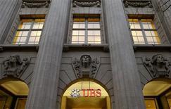 El logo del banco suizo UBS en una de sus sucursales en Zúrich, oct 29 2013. UBS y Credit Suisse tendrían que mantener mucho más capital que sus rivales internacionales si los legisladores suizos siguen adelante con propuestas para imponer normas aun más duras de control al endeudamiento en los bancos del país. REUTERS/Arnd Wiegmann
