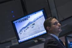 Un operador en la bolsa de Nueva York, nov 4 2013. Las acciones estadounidenses operaban estables el lunes mientras los títulos de BlackBerry se hundían a mínimos en 10 años y protagonizaban la mayor pérdida del día, en medio de la incertidumbre sobre la duración del programa de estímulo monetario de la Reserva Federal. REUTERS/Brendan McDermid