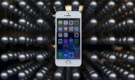 Apple's new iPhone 5S is displayed at an Apple shop in Tokyo's Ginza shopping district, September 20, 2013. REUTERS/Yuya Shino