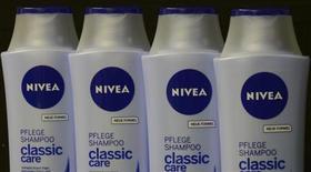 Beiersdorf, le fabricant de la crème Nivea, relève ses objectifs de chiffre d'affaires et de bénéfice pour 2013 au vu d'une croissance de 7% de ses ventes sur les neuf premiers mois de l'année. /Photo d'archives/REUTERS/Fabian Bimmer