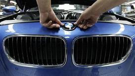 BMW, qui confirme ses prévisions pour 2013, vise une marge d'Ebit de 8% à 10% dans ses activités automobiles et un bénéfice imposable à l'échelle du groupe stable par rapport à celui de 7,82 milliards d'euros réalisé l'an dernier. /Photo d'archives/REUTERS/Michaela Rehle