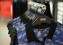 Женская одежда в магазине Marks & Spencer в центре Лондона 25 июля 2013 года. Девятый квартал подряд британский ритейлер Marks & Spencer сталкивается с падением базовых продаж в главном подразделении, а его новой линии сезонной одежды удается лишь немного замедлить темпы снижения. REUTERS/Olivia Harris