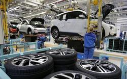 """Рабочие собирают автомобили BMW i3 на заводе компании в Лейпциге 18 сентября 2013 года. BMW, немецкий производитель автомобилей класса """"люкс"""", сообщил о большем, чем ожидалось, падении операционной прибыли в третьем квартале из-за расходов ключевого автомобилестроительного подразделения на обновление модельного ряда и льготных цен в Европе. REUTERS/Fabrizio Bensch"""