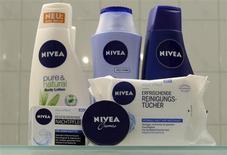 Продукты бренда Nivea в Гамбурге 31 октября 2012 года. Производитель кремов и лосьонов Nivea, немецкая компания Beiersdorf сообщила об увеличении рыночной доли в Европе и повышении годового прогноза продаж благодаря высоким показателям подразделения по производству клеящих веществ. REUTERS/Fabian Bimmer