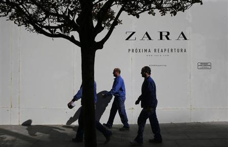 Workers walks past a Zara store closed for renovation in downtown Madrid March 20, 2013. REUTER/Susana Vera