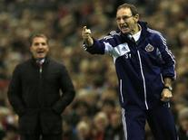 Sunderland's manager Martin O'Neill instructs his team during their English Premier League soccer match against Liverpool at Anfield in Liverpool, northern England January 2, 2013. REUTERS/Phil Noble
