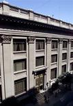 El Banco Central de Chile en Santiago, mar 8 2001. La economía chilena creció menos de lo esperado en septiembre, en una nueva señal de desaceleración que abre la puerta a un mayor relajamiento de la política monetaria, tras el sorpresivo recorte de la tasa clave el mes pasado. Reuters/Claudia Daut