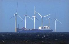 Correction. Bien lire, 2,36 milliards d'euros. / Le fournisseur d'électricité Centrica devrait abandonner un projet destiné à construire un parc éolien d'un montant évalué à deux milliards de livres (2,36 milliards d'euros). /Photo d'archives/REUTERS/David Moir