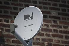 Una antena de Direct TV en las afueras de un hogar en el barrio de Queens en Nueva York, jul 29 2013. El proveedor de televisión satelital DirecTV incorporó más clientes de lo esperado en Estados Unidos en el tercer trimestre, aunque no logró alcanzar las estimaciones de nuevos clientes en América Latina, su zona de mayor crecimiento. REUTERS/Shannon Stapleton