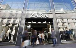 Una tienda de Zara en Barcelona, nov 5 2013. Inditex, el mayor minorista de moda del mundo, no está mostrando señales de estancamiento y los inversores apuestan a que su marca estrella Zara cuenta con mucho espacio para expandirse en los mercados emergentes y su creciente clase media. REUTERS/Albert Gea