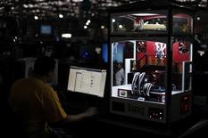"""Un hombre navega por internet durante una """"Campus Party"""" en Sao Paulo, Brasil, ene 30 2013. Brasil podría obligar a las empresas globales de Internet como Google o Facebook a guardar en el país los datos de sus usuarios, según un proyecto de ley introducido el martes por el gobernante Partido de los Trabajadores para evitar nuevos intentos de espionaje de Estados Unidos. REUTERS/Nacho Doce"""