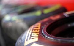 Pirelli a revu en baisse son objectif de bénéfice d'exploitation pour 2013, la force de l'euro ayant grevé les revenus tirés du principal marché du cinquième pneumaticien mondial, l'Amérique latine. /Photo d'archives/REUTERS/Max Rossi